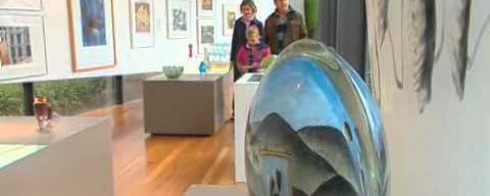What's Up Downunder visits Wagga Wagga's National Art Glass Gallery